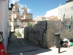 Figura 14. Vista actual desde la Calle Alta: la Calle Chinchilla que baja hasta la iglesia divide en dos la zona de actuación. A la derecha, primer plano de la ubicación del edificio A. Fuente: EPSA.