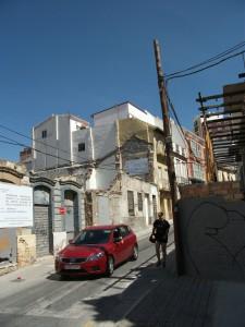 Figura 15. Vista actual de la Calle Dos Aceras. En la mitad izquierda, fachada del solar de actuación con las medianeras de las edificaciones colindantes. Fuente: EPSA.