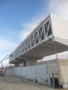 Cerrando el edificio en la cara Oeste y preparando subestructuras para los vidrios de la fachada Norte
