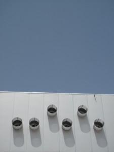 Imágenes de los difusores colocados en la fachada Sur y los efectos de sombra sobra ella