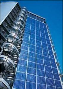 Figura 1. Fachada ventilada con integración de módulos fotovoltaicos en las Oficinas Bauerfeind, Zeulenroda, Alemania. Fuente: Schüco.