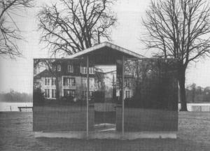 Fig. 1 Dan Graham. Double Triangular Pavilion for Hamburg, 1989. Fotografía de Marian Goodman Gallery.