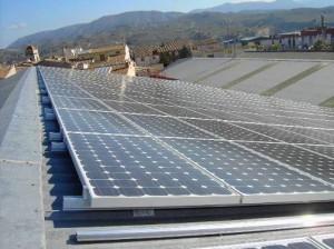 Figura 4. Instalación de paneles fotovoltaicos realizada directamente sobre una cubierta inclinada en Cocentaina, Alicante, España.  Fuente: Guía de integración solar fotovoltaica