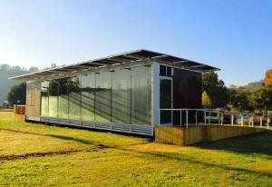 """Figura 5. Módulos fotovoltaicos colocados en la cubierta plana de una vivienda autosuficiente """"Living Light House"""". Fuente: inhabitat.com"""