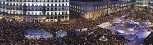 """Figura 8 - Imagen de """"La Plaza"""", la gestación del 15M. 25 días de acampada de los """"indignados"""" en la Puerta del Sol de Madrid. Sin la consideración de la capa informacional, la organización de la espacialidad de la plaza no hubiera sido posible."""