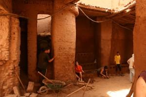 Figura 7: Trabajo de restauración de la Puerta Oeste de M'hamid el Ghezlane